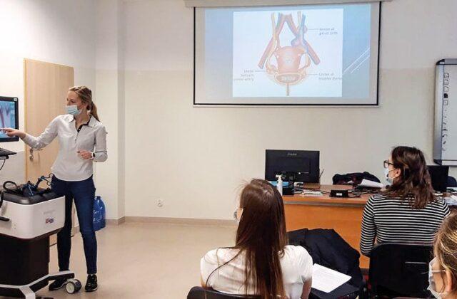 Grupa studentek na sali wykładowej oglądająca obraz na aparaturze medycznej