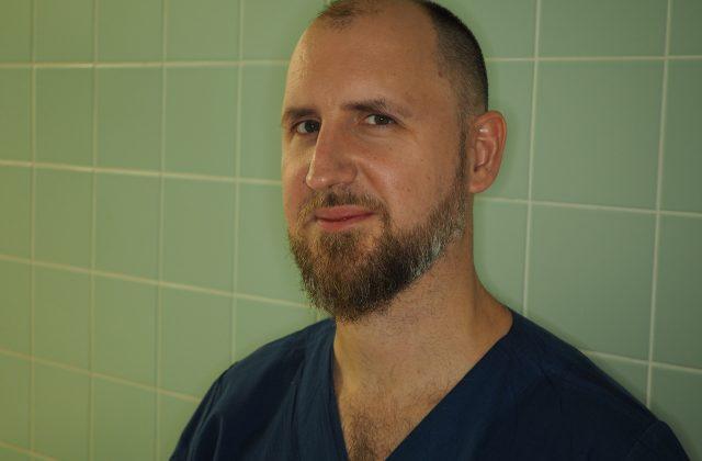 lekarz z brodą w granatowym uniformie